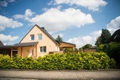Casa de la cabaña en día de verano soleado en paisaje del campo Fotos de archivo libres de regalías