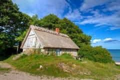 Casa de la cabaña en el mar Báltico de Suecia Fotos de archivo