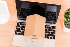 Casa de la cartulina y ordenador portátil modelo de papel del ordenador Fotos de archivo libres de regalías