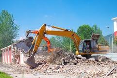 Casa de la demolición del excavador imagenes de archivo