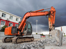 Casa de la demolición del excavador imágenes de archivo libres de regalías