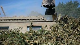 Casa de la demolición usando el excavador en ciudad Reconstrucción de proceso almacen de video