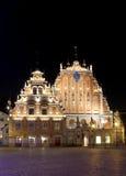Casa de la espinilla con la iluminación de la noche en el centro de Riga Fotos de archivo libres de regalías