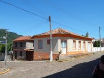 Casa de la esquina vieja y casa de piedra imagenes de archivo