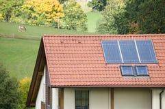 Casa de la familia con los paneles solares Fotografía de archivo libre de regalías