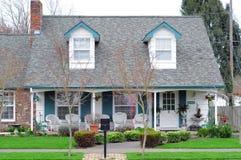 Casa de la familia en vecindad Imagenes de archivo