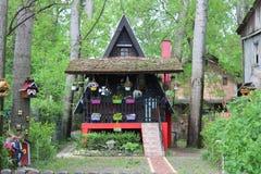 Casa de la flor del cuento de hadas en el bosque imágenes de archivo libres de regalías