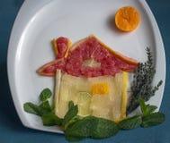 Casa de la fruta cítrica, adornada con las hojas verdes Imagen de archivo libre de regalías
