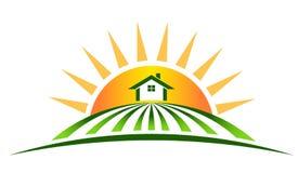 Casa de la granja con el sol Fotos de archivo libres de regalías