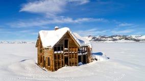 Casa de la granja en el invierno olvidado por tiempo Imagen de archivo