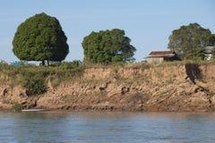 Casa de la granja en riverbank escarpado fotos de archivo libres de regalías