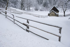 Casa de la madera en el paisaje Nevado Foto de archivo libre de regalías