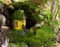 Casa de la mariposa de un manzano en la base Imagen de archivo libre de regalías