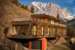 Casa de la montaña con arquitectura moderna Fotos de archivo libres de regalías
