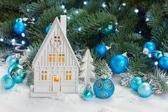 Casa de la Navidad blanca Foto de archivo libre de regalías