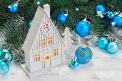 Casa de la Navidad blanca Fotos de archivo libres de regalías
