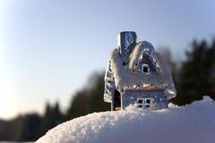 Casa de la Navidad en la nieve acumulada por la ventisca Fotos de archivo libres de regalías