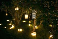 Casa de la palmatoria con la luz de la vela en el árbol en nigth Fotografía de archivo