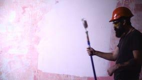 Casa de la pintura del hombre en concepto de DIY almacen de metraje de vídeo