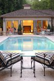 Casa de la piscina del patio trasero Imágenes de archivo libres de regalías