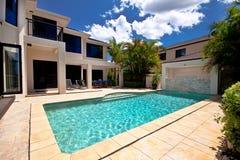 Casa de la piscina y del lujo Imágenes de archivo libres de regalías