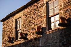 Casa de la pizarra con las ventanas y las flores fotos de archivo