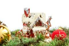 Casa de la porcelana con Papá Noel y las decoraciones alrededor Fotografía de archivo
