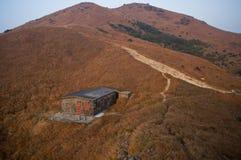Casa de la roca en la montaña Imagen de archivo libre de regalías