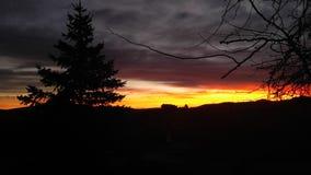 Casa de la salida del sol de la mañana de la montaña en la colina Fotografía de archivo libre de regalías