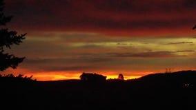 Casa de la salida del sol de la mañana de la montaña en la colina Fotos de archivo libres de regalías
