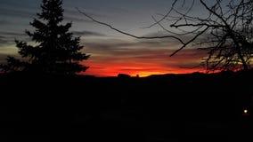 Casa de la salida del sol de la mañana de la montaña en la colina fotos de archivo