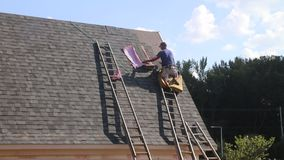 Casa de la techumbre del trabajador de tejado almacen de video