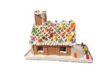 Casa de la torta de la baratija en la nieve Foto de archivo libre de regalías