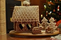Casa de la torta de miel para la Navidad Foto de archivo libre de regalías