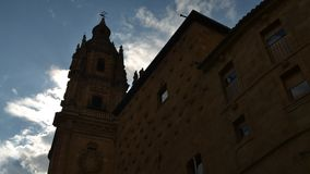 Casa de las Conchas con la chiesa di Clerecia della La a Salamanca, Castiglia y Leon, Spagna archivi video