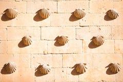 Casa de las Conchas con la iglesia de Clerecia del La en Salamanca, Castilla y León, España Foto de archivo libre de regalías
