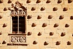Casa de las Conchas con la iglesia de Clerecia del La en Salamanca, Castilla y León, España Fotografía de archivo