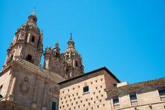 Casa de las Conchas y Clerecía, Salamanque Image stock