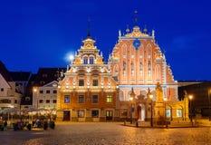 Casa de las espinillas en la noche Riga, Latvia Imagen de archivo