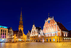 Casa de las espinillas en la noche Riga, Latvia Fotografía de archivo
