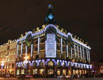 Casa de libros en la noche St Petersburg. Fotografía de archivo