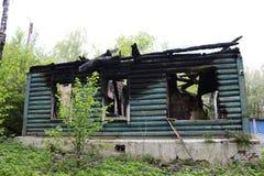 Casa de log de madeira após um fogo imagens de stock