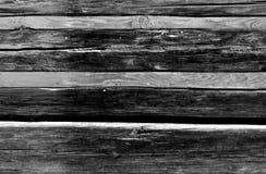 Casa de log preto e branco velha com pranchas alaranjadas Imagens de Stock Royalty Free