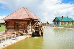 Casa de log de trabalho do moinho de água foto de stock
