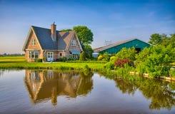 Casa de los ladrillos rojos en campo cerca del lago con Imágenes de archivo libres de regalías