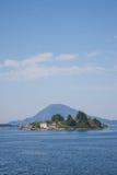 Casa de los pescadores de la agua de mar de la bahía de Noruega Floro del paisaje con el barco Imágenes de archivo libres de regalías