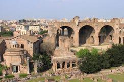 Casa de los vestales y la basílica de Maxentius Imagen de archivo libre de regalías