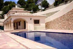 Casa de lujo con la piscina Foto de archivo libre de regalías