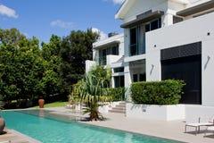 Casa de lujo con la piscina del infinito fotos de archivo
