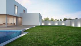 Casa de lujo con la piscina y terraza cerca del césped en diseño moderno, el chalet de la casa de vacaciones o del día de fiesta  Fotografía de archivo
